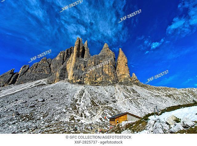 Berghütte Rifugio Lavaredo, Lavaredohütte, am Drei-Zinnen-Wanderweg, hinten Gebirgsstock der Drei Zinnen, Sextner Dolomiten, Südtirol, Trentino-Alto Adige