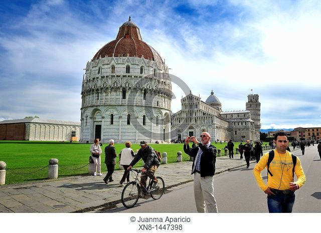 Tourists in the Piazza dei Miracoli with the Duomo and the Baptistery of Pisa Tower in the background, Pisa, Toscana, Italy