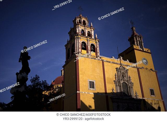 The Basilica of Our Lady of Guanajuato in Guanajuato and the silhouette of the Monumento a la Paz (Peace monument) in Guanajato, Mexico