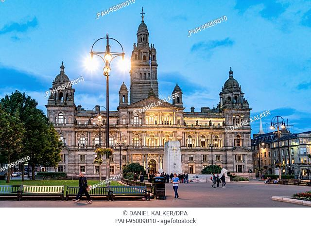 UK: The front of the City Chambers, from George Square at night. Photo from 11. September 2017.   usage worldwide. - Glasgow/Schottland/United Kingdom of Great...