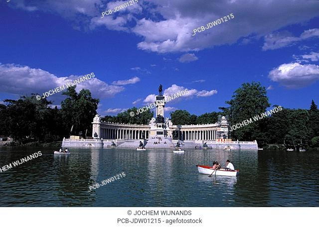 madrid, rowing boats in the pont of Retiro Park