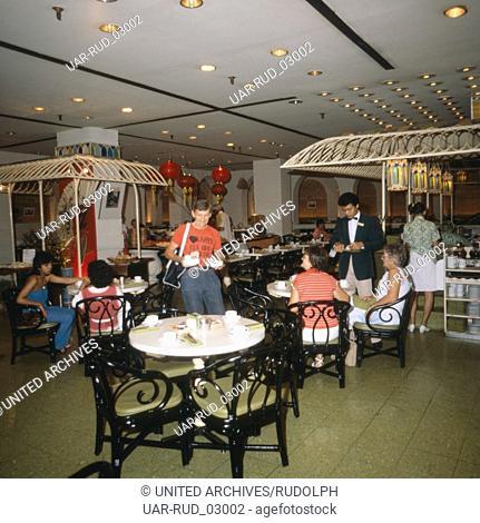 Mittagessen im Speisesaal des Hyatt Hotels in Singapur, 1980er Jahre. Lunch in the dining room of the Hyatt Hotel in Singapore, 1980s