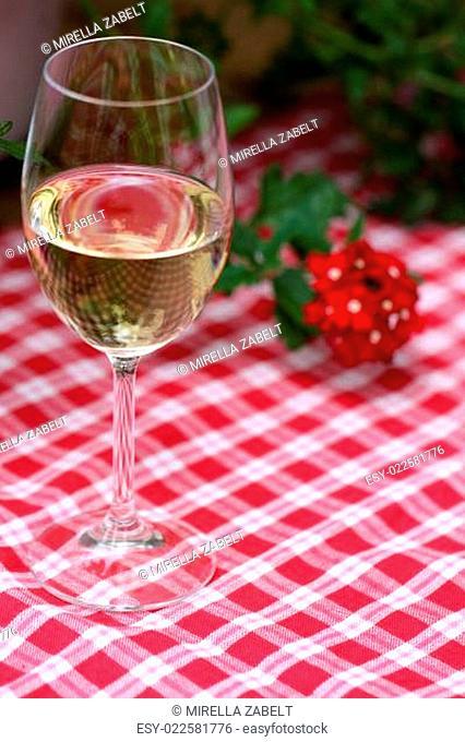 Weinglas mit Verbene