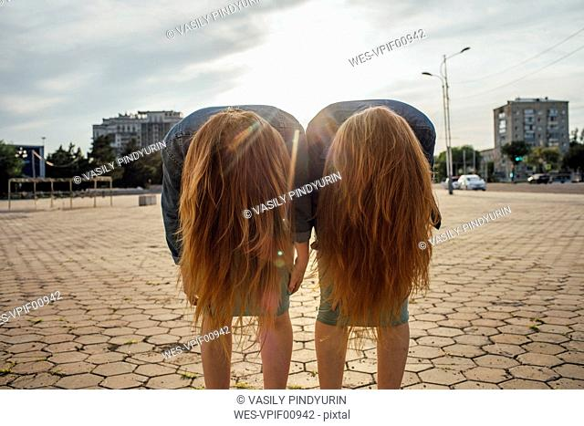 Redheaded twins in the city, headbangen