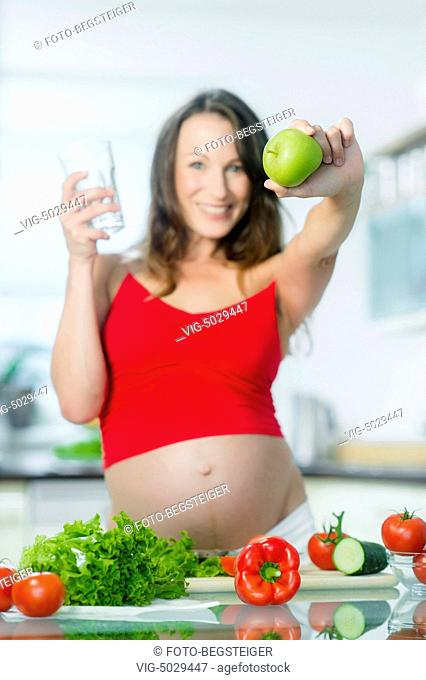 pregnant woman with water and an apple - 17/09/2014