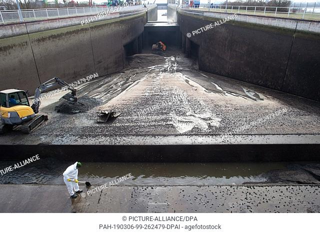 06 March 2019, Saxony-Anhalt, Magdeburg: A worker cleans the dry inlet lamella at the Trossfanggrube at the upper gate of the Rothensee lock