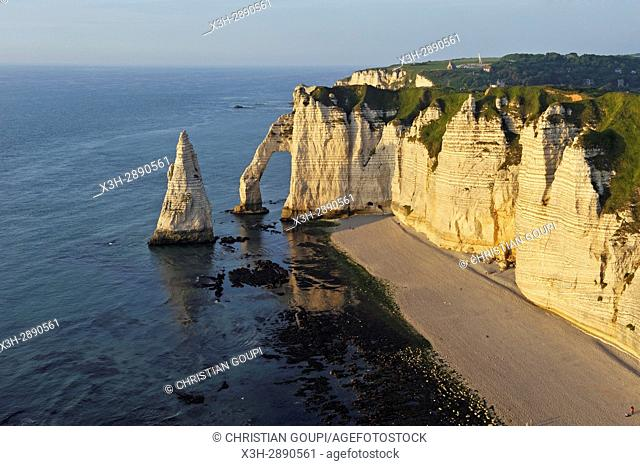 chalk cliffs with arch and ''l'Aiguille'' (the Needle), Etretat, Seine-Maritime department, Normandie region, France, Europe
