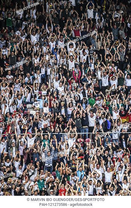 Feature, decorative image Fans make a La Ola wave. GES / Soccer / EURO Qualification: Germany - Estonia, 11.06.2019 Football / Soccer: European Qualifiers:...