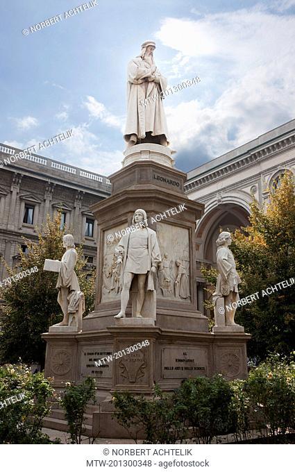 Statue of Leonardo da Vinci in front of Palazzo Marino, Piazza della Scala, Milan, Italy