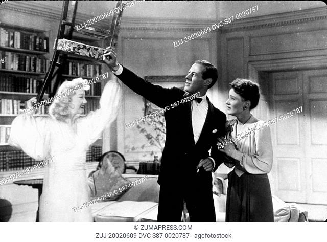 1945, Film Title: BLITHE SPIRIT, Director: DAVID LEAN, Pictured: CONSTANCE CUMMINGS, KAY HAMMOND, REX HARRISON, DAVID LEAN, FILM STILL, CONFLICT, FIGHT, FEAR
