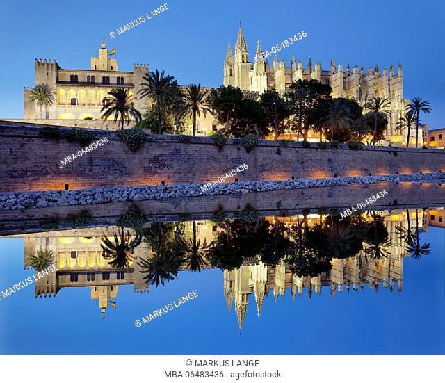 Cathedral La Seu and king's palace Palau d'Almudaina in the sea park Parc de la Mar, Palma de Majorca, Majorca, the Balearic Islands, Spain