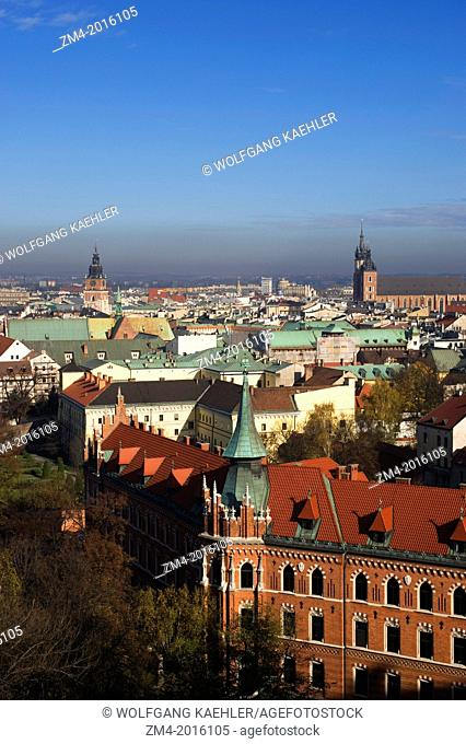 POLAND, KRAKOW, WAWEL CASTLE, VIEW FROM CATHEDRAL TOWER OF TOWN