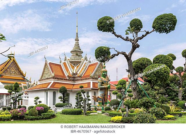 Temple with temple guards, Wat Arun, Temple of Dawn, Bangkok, Thailand