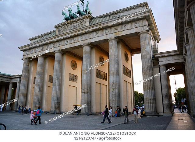 Branderburger Tor -Branderbourg Gate- located at the junction of Unter den Linden and Ebertsrasse. Berlin, Germany, Europe