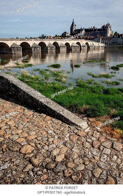 THE STONE BRIDGE OVER THE LOIRE, THE TOWN AND CHATEAU, GIEN, LOIRET 45, FRANCE