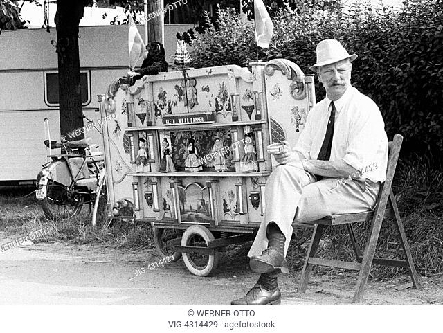 NIEDERLANDE, DEN HAAG, 09.09.1973, Seventies, black and white photo, culture, music, man sits beside his barrel organ, aged 50 to 60 years, Netherlands