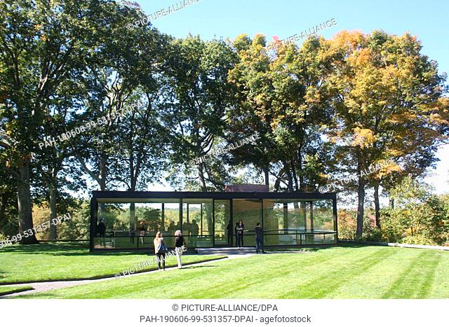 """FILED - 12 October 2014, US, New Canaan: The """"""""Glass House"""""""" designed by US architect Philip Johnson (1906-2005). The building was completed in 1949"""