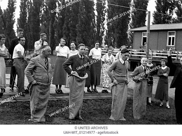 Aufgepaß und mitgemacht! Bei einem bunten Nachmittag wird in den 1930er Jahren ein Wettbewerb im Sackhüpfen ausgetragen., history, historical