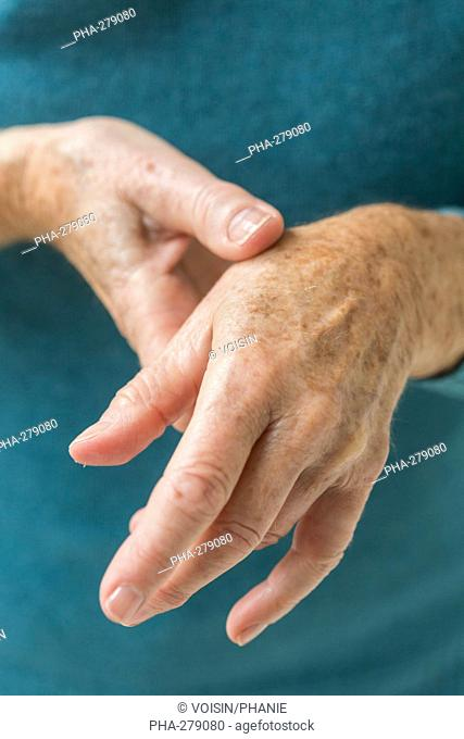 Senior woman suffering from an articular pain in the hand