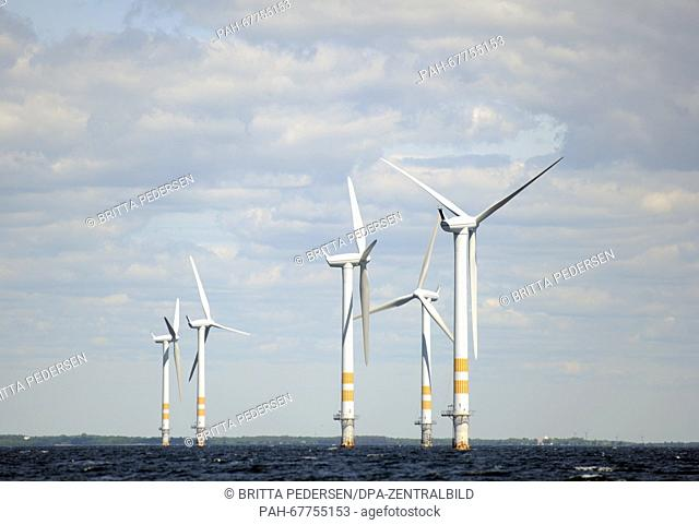 Wind turbines on the Baltic Sea in an offshore wind farm inSweden, 10 June 2015. Photo: BRITTAPEDERSEN/dpa - NO WIRE SERVICE - | usage worldwide