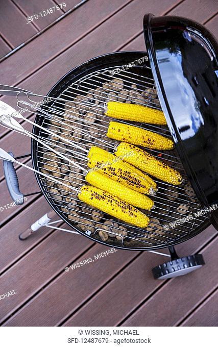 Grilled corncobs in lemon and cinnamon brine