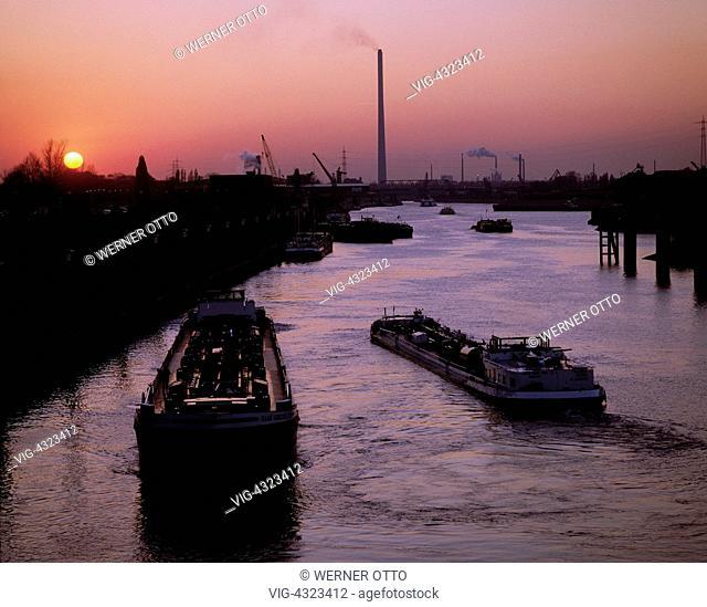 D-Duisburg, Ruhrgebiet, Nordrhein-Westfalen, Duisburg-Ruhrort, Hafengebiet, Frachtschiffe, Sonnenuntergang, D-Duisburg, Ruhr area, North Rhine-Westphalia