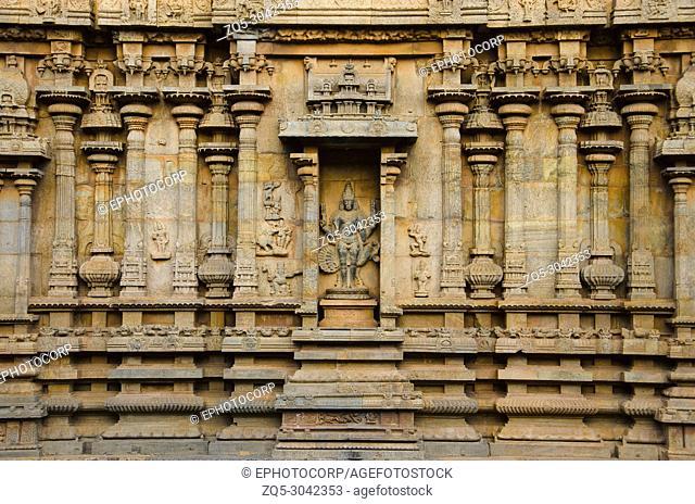 Carved pillars and idols on the outer wall of the Brihadishvara Temple, Thanjavur, Tamil Nadu, India. Hindu temple dedicated to Lord Shiva