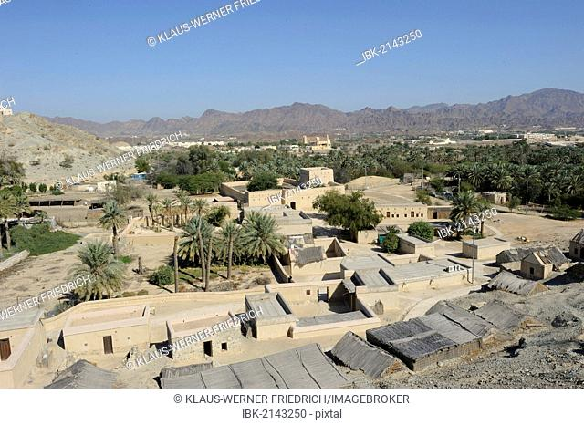 Overblick of the oasis and Arab enclave of Hatta with a mosque and palm trees, with the Hajar Mountains on the horizon, United Arab Emirates, Arabian Peninsula