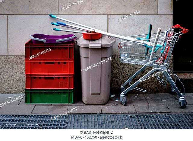 Cleaning utensils of a window cleaner and a cleaner in a shopping trolley