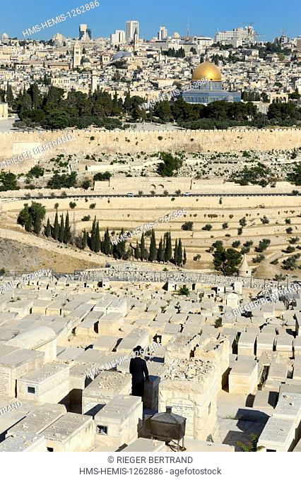 Israel, Jerusalem, holy city, the old town listed as World Heritage by UNESCO, the Dome of the Rock on Haram el Sharif and the Jewish cemetery on Mount of...