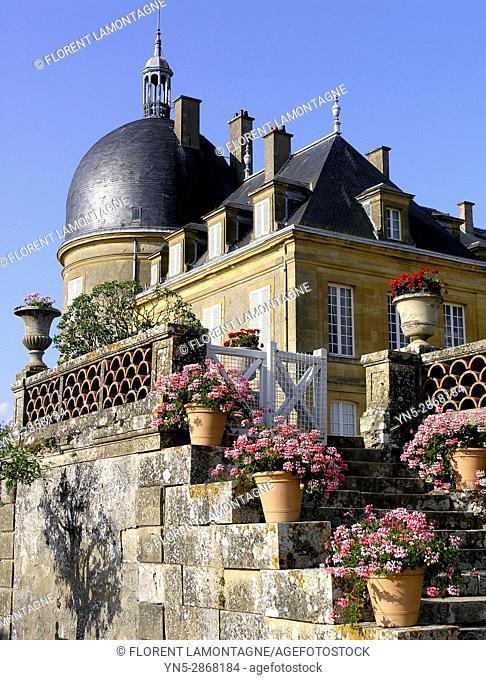 Potees de geranium sur les escaliers des jardins du chateau de Digoine, Palinges, Saone et Loire, Bourgogne, France