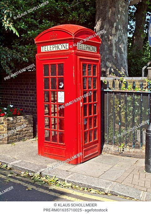Red phone box, London, Great Britain, Europe, July 2013 / Rote Telefonzelle, London, Großbritannien, Europa, Juli 2013