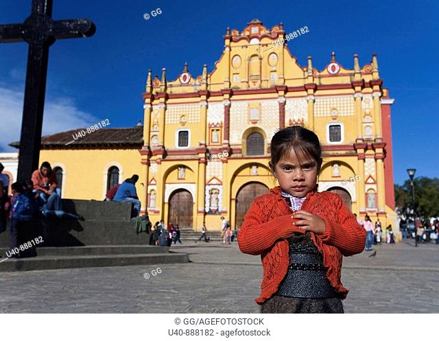 Mexico, San Cristobal las Casas, Mayan girl in front of Cathedral (MR)