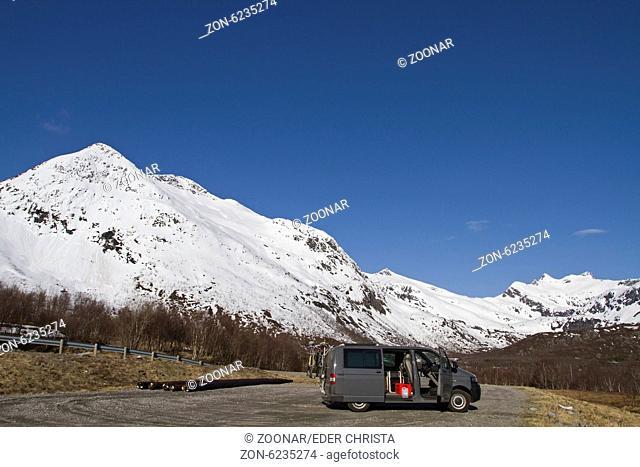 Fahrt mit dem Campingbus durch die Inselwelt der Lofoten
