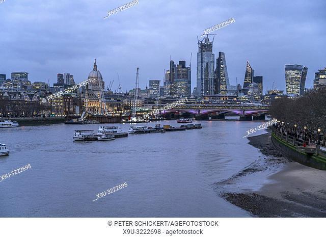 London Skyline und die Themse in der Abenddämmerung, Vereinigtes Königreich Großbritannien, Europa   Skyline with Thames at dusk, London, Great Britain