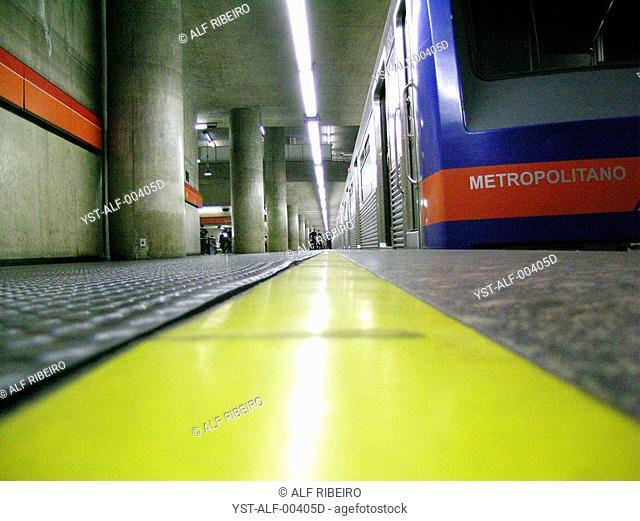 Platform, Train and Strip Yellows, Station of the Subway, Company Metropolitan of São Paulo, São Paulo, Brazil