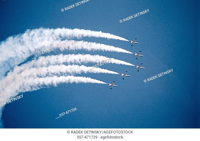 vapout trails of five military aircrafts