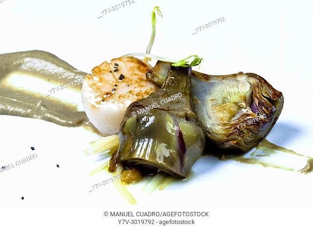 Vieira asada, alcachofas en texturas y salteado de espárragos y hongos / Roasted scallop with artichokes, sauteed asparagus and mushrooms