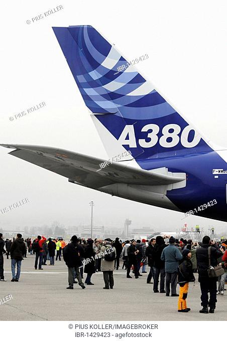 Spectators admiring the Airbus A 380