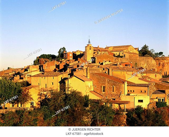 Roussillon, village with ancient ochre quarry, Vaucluse, Provence, France