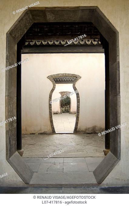 Vase-shaped doorway. Tongli. China