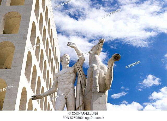 Skulptur des Palazzo della Civiltà Italiana , Palast der italienischen Zivilisation, auch Colosseo quadrato, Geplant von den Architekten Ernesto Bruno La Padula