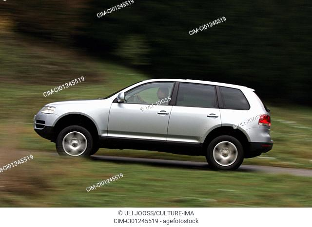 Car, VW Volkswagen Touareg V6 TDI, cross country vehicle, Limousine, model year 2004-, silver, driving, side view, country road, Foliage, Herbst