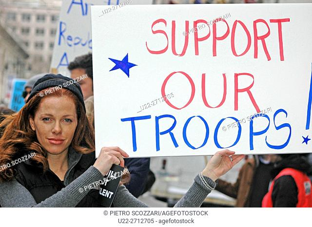 New York City (USA): a woman supporting U.S. troops at a peace march