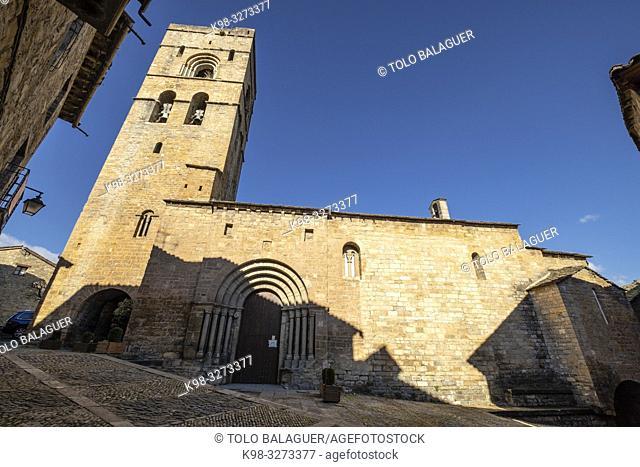Iglesia parroquial de Santa María, iniciada en el siglo XI d. C. y finalizada en el XII, Aínsa, Huesca, Aragón, cordillera de los Pirineos, Spain