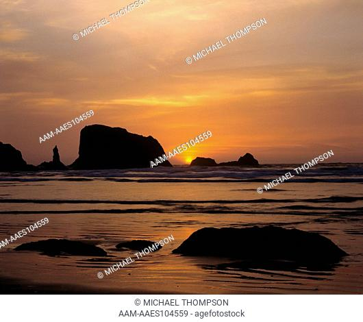 Sunset over Pacific Ocean at Table Rock Beach near Bandon on SE OR Coast