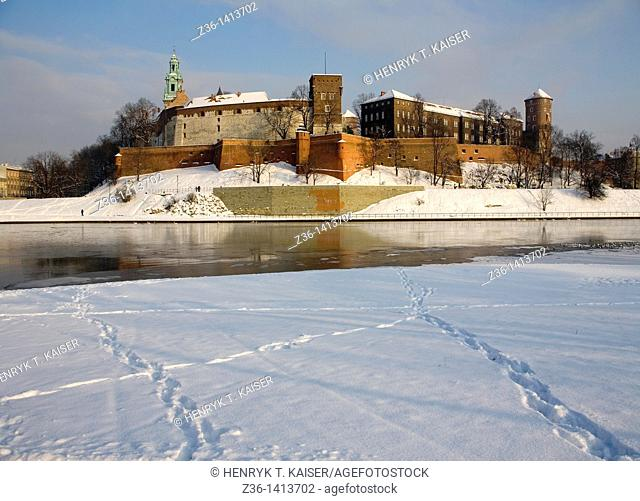 Poland, Krakow, Wawel Royal Castle at Wawel Hill, Vistula Riwer at winter