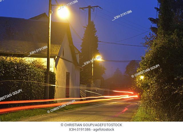 rue d'un petit village de campagne, region Centre-Val-de-Loire, France, Europe/street lighting in a small country village, Centre-Val-de-Loire region, France