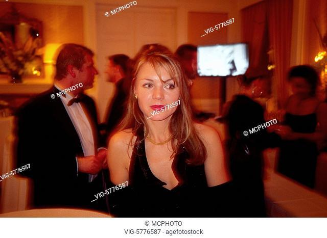 Eine junge Frau ist allein auf einem Ball macht einen traurigen Eindruck, 2005 - Hamburg, Germany, 24/04/2005
