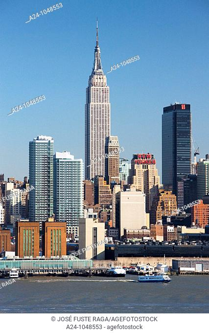 Empire State Building, Midtown Manhattan skyline across Hudson River from New Jersey, New York City, USA